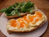 Sandwich gourmet au saint-marcellin, clémentines et oeufs de truite
