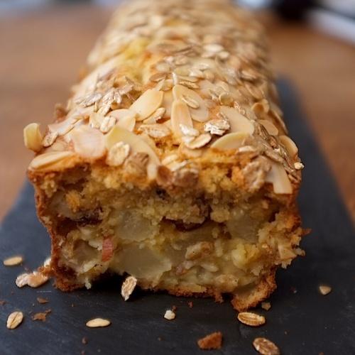 Cake vanillé aux flocons d'avoine, poires et amandes