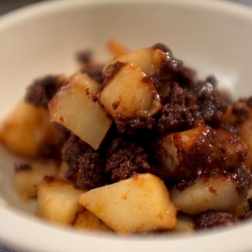 Crumble au chocolat pointe de sel et poires épicées