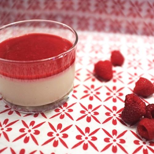 Panacotta à la vanille et coulis de framboise